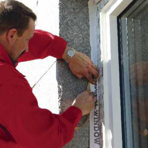 montaż okna przyklejanie folii