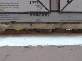 błąd montażu okna - niepełne uszczelnienie progu okna